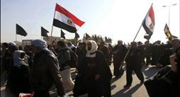 بالصور: زوار الامام الحسين (ع) يرفعون اعلام دولهم بمسيرة الأربعين