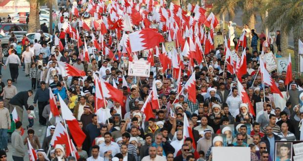 """صور+فيديو/آلاف البحرينيين في تظاهرة """"كرامة، حرية، ديمقراطية"""""""