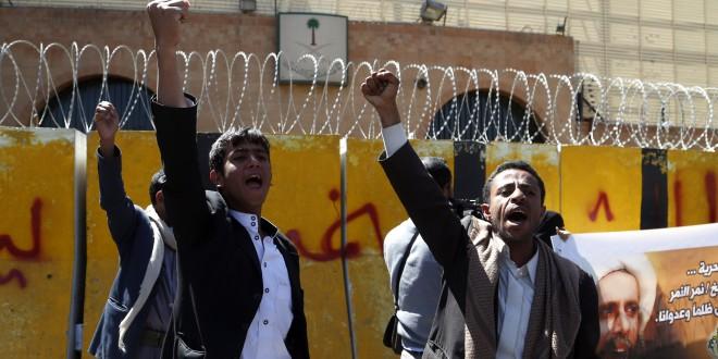 حوثيون يتظاهرون أمام السفارة السعودية بصنعاء احتجاجا على حكم بإعدام شيعي