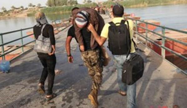بالصور.. أكتاف جنود العراق أسرّة لمرضى النازحين في بزيبز