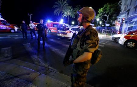 مسؤول فرنسي: العثور على أسلحة وقنابل داخل شاحنة الدهس في نيس