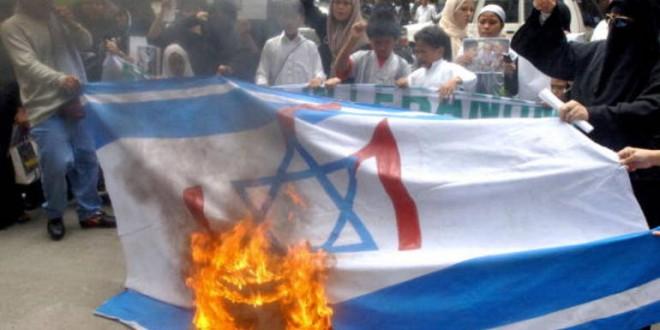 Filipino Muslims burn a mock Israeli fla